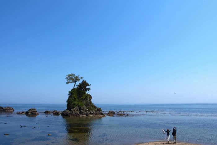 島が浮かんでいる綺麗な海の写真