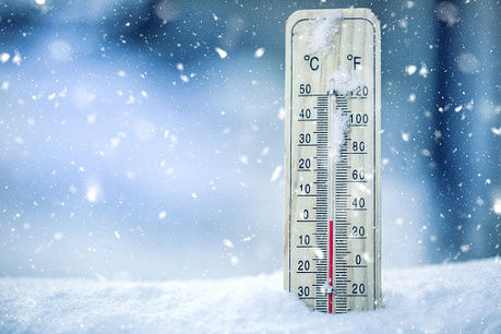 雪の上に置いてある温度計の写真