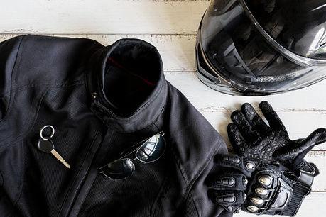 レザージャケットとバイク用品の写真