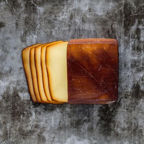 切ってあるチーズの燻製の写真
