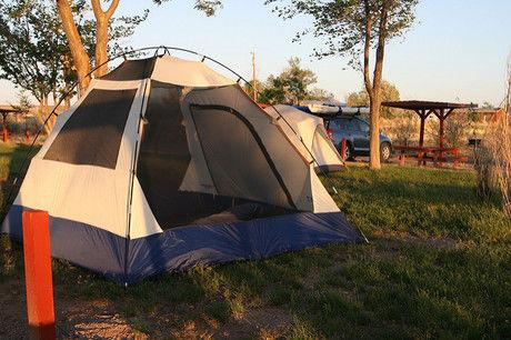 テントサイトに貼ってあるテントの写真