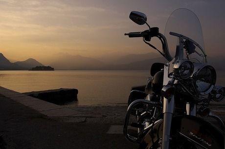 海沿いに止まっているバイクの写真