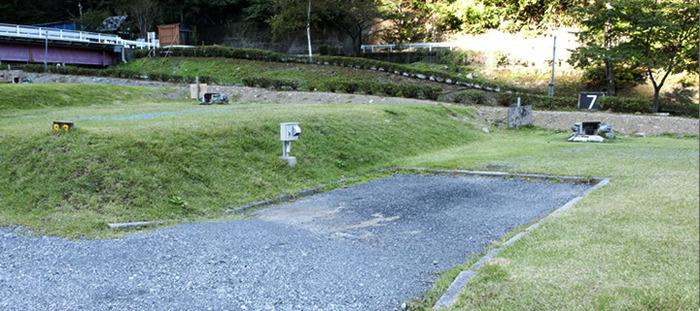 キャンプ場の芝生の写真