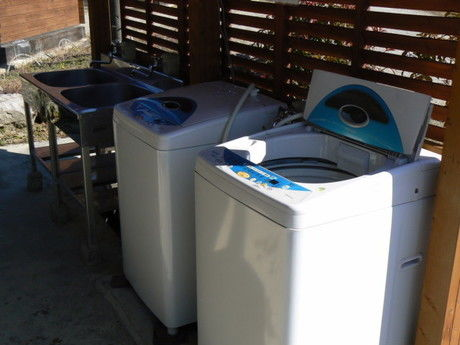 OKオートキャンプ場のランドリーに置いてある洗濯機の写真