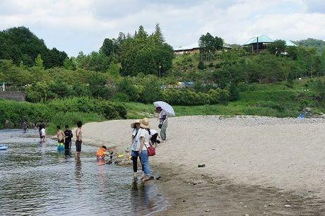 川遊びをしている人たちの写真