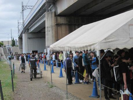 多摩川緑地バーベキュー広場の受付に並んでいる人たちの写真