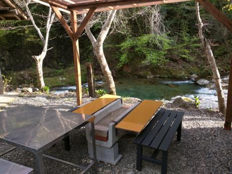板取キャンプ場にある川沿いの休憩場所の写真