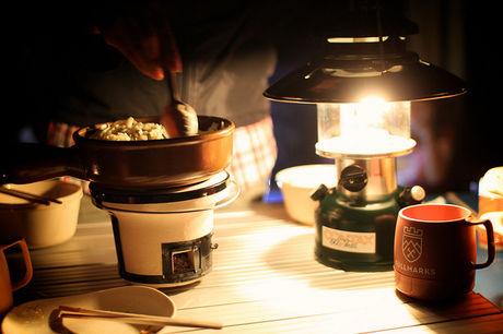 キャンプでご飯を作っている様子の写真