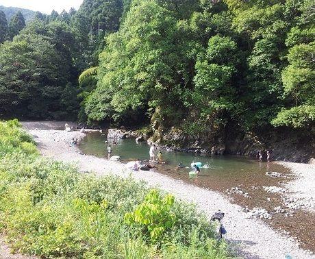 川で遊んでいる人の写真