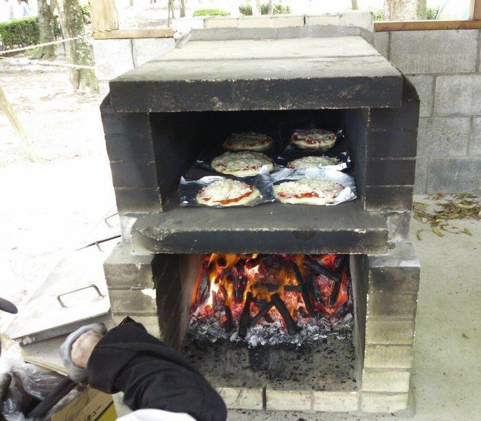 ピザ釜でピザを焼いている様子の写真