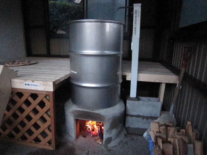 ドラム缶風呂を沸かしている様子の写真