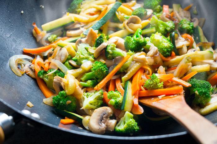 フライパンで野菜炒めが作られいている写真