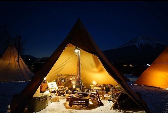 テント内のキャンプ道具の写真