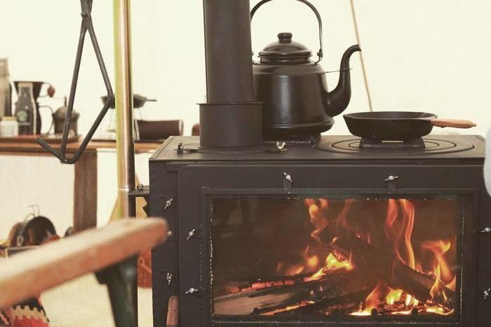 暖炉でやかんを温めている様子