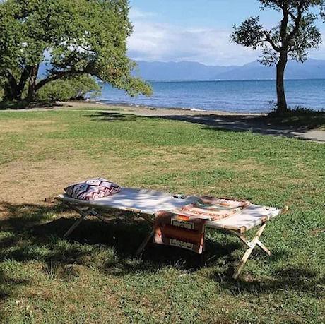 湖沿いのテントサイトに置いてあるウッドコット