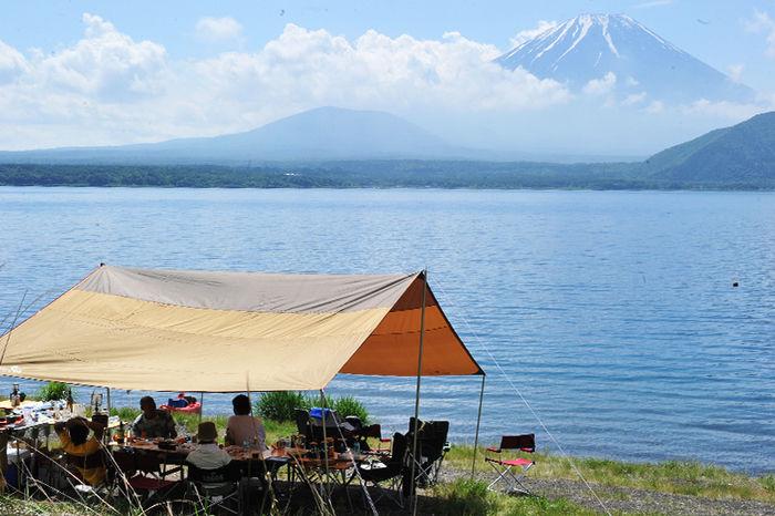 浩庵キャンプ場に貼ってあるタープから富士山を見ている人達の写真