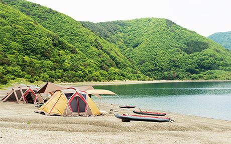 浩庵キャンプ場の湖畔サイトにテントが貼ってある様子の写真