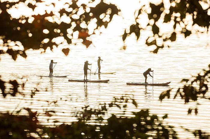 湖でカヌーをしている人達の写真