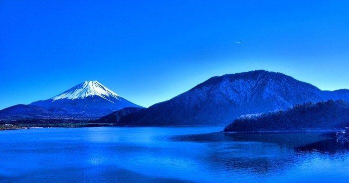 湖越しに見える富士山の写真