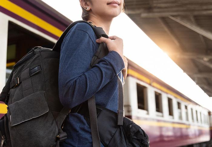 リュックを背負っている女性の写真