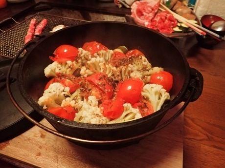 ダッチオーブンで食事を作っている様子の写真