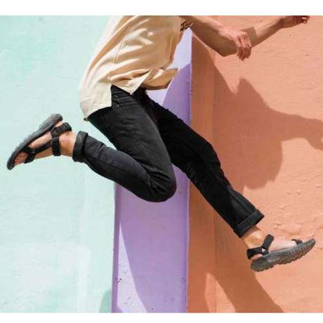 サンダルを履いている人がジャンプしている瞬間の写真