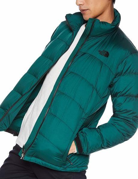 緑のダウンジャケットを着ている男性の写真