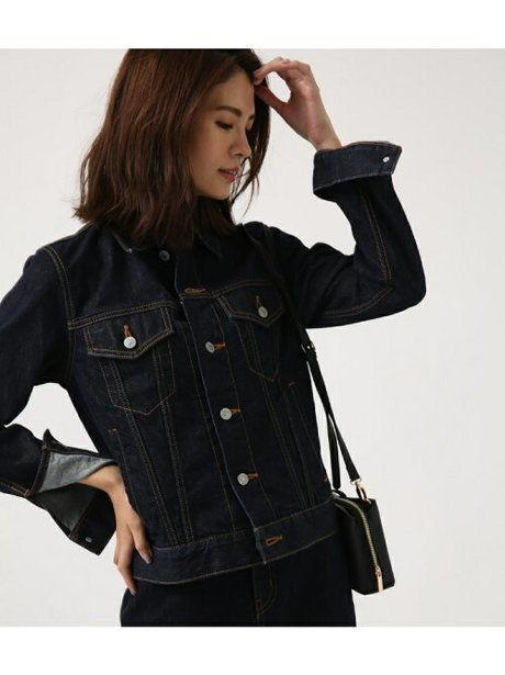 デニムジャケットを着ている女性の写真