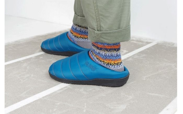 SUBUの冬用サンダルを履いている足元の写真