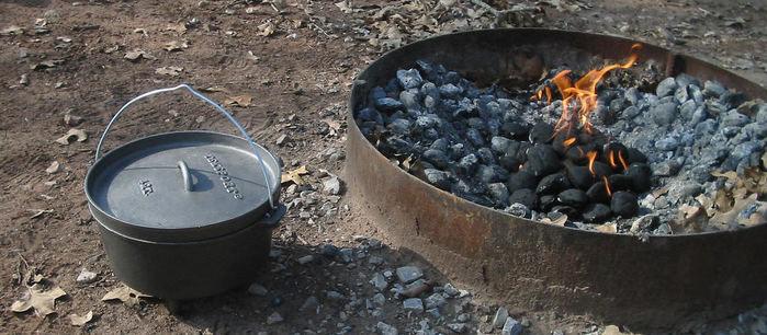 ダッチオーブンと火をついた炭の写真