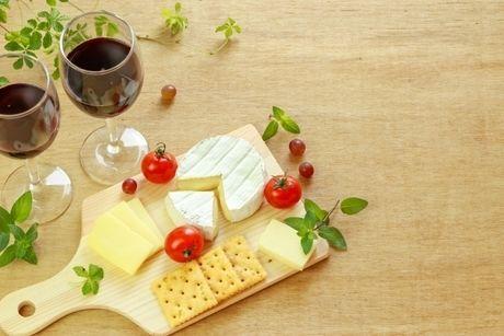 おしゃれな置物の上に乗ったチーズの写真
