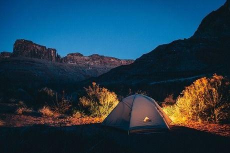 山に貼ってある灯りの付いたテントの写真