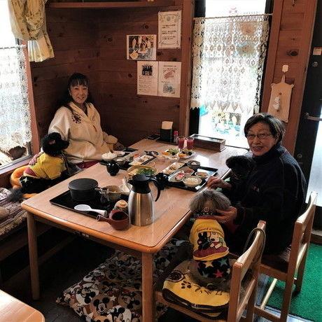 睦(BOKU)のコテージでペットと一緒に宿泊している家族の写真