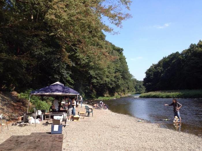 伊奈キャンプ村の川沿いにテントを張っている様子の写真
