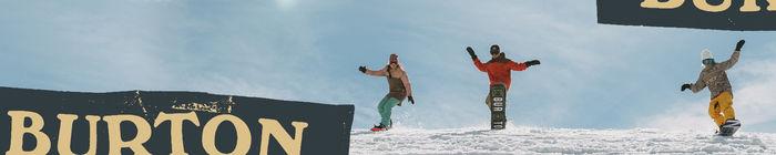バートンのフラッグが映っているスノーボードの写真