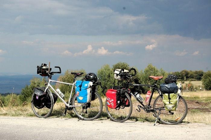 キャンプギアを積んだ自転車の写真
