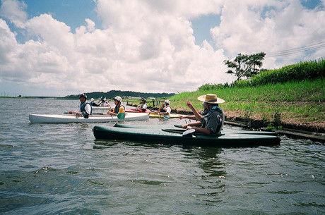 川でカヌーをしている写真