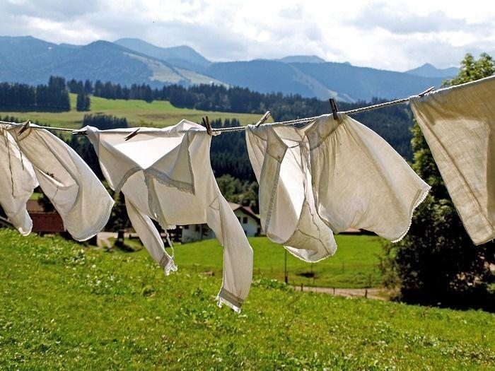 洗濯物がロープに干してある