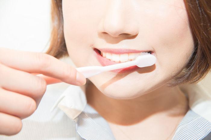 歯磨きしている女性の写真