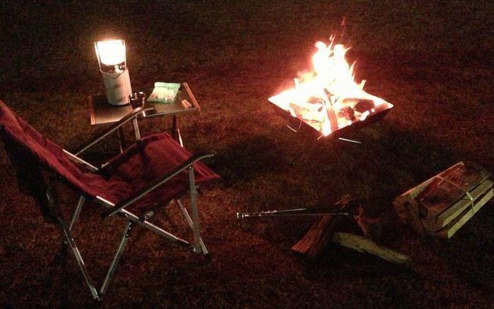 志摩オートキャンプ場で焚き火をしている写真