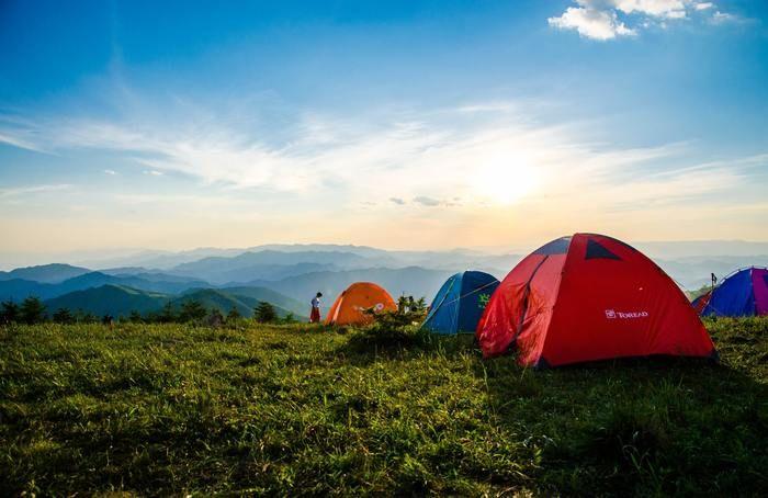 山の広場に張ってあるテントの写真