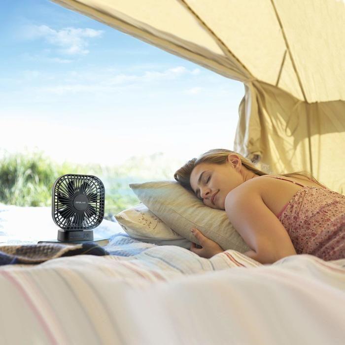 寝ている女性の横に置いてある小さい扇風機の写真