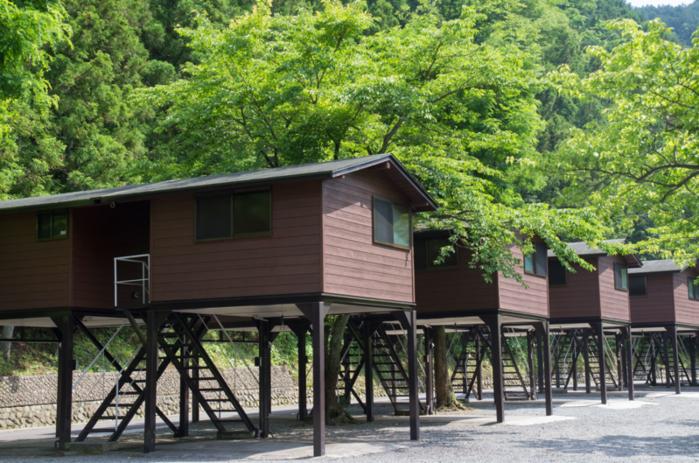 神之川キャンプ場の高床式バンガローの写真