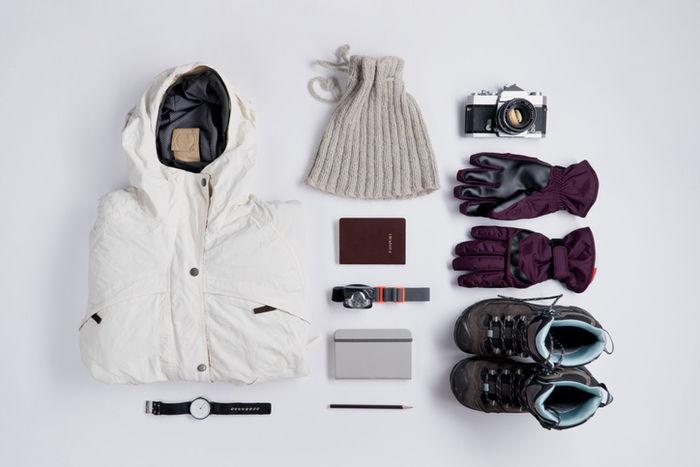 寒い季節のキャンプのアイテムの写真