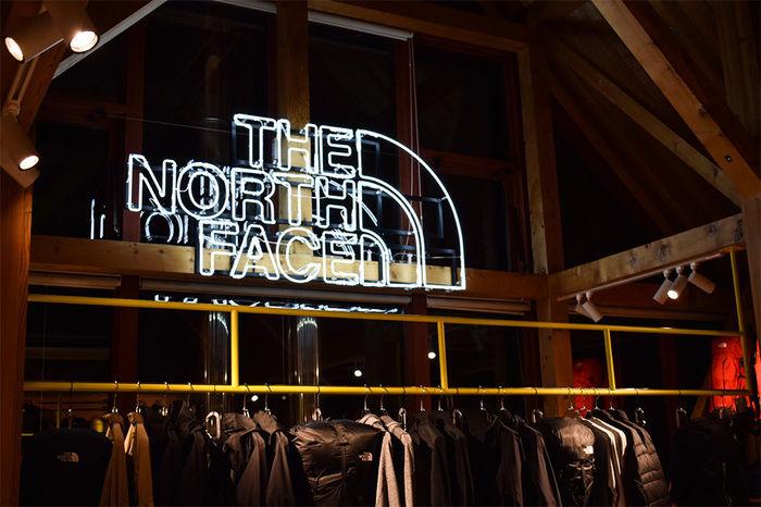 ザ・ノース・フェイスのロゴ看板の写真