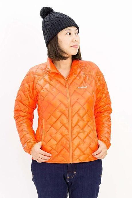 モンベルのダウンジャケットを着ている女性の写真