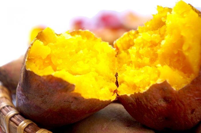 割った焼き芋の写真