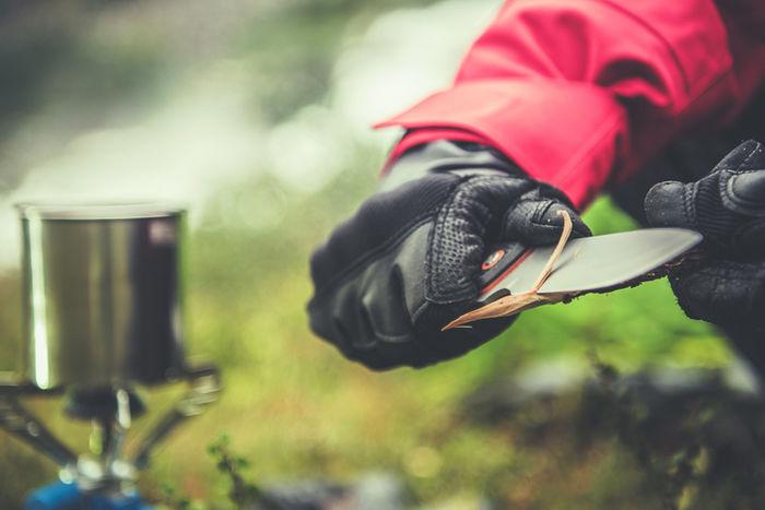 キャンプでナイフを使っている写真
