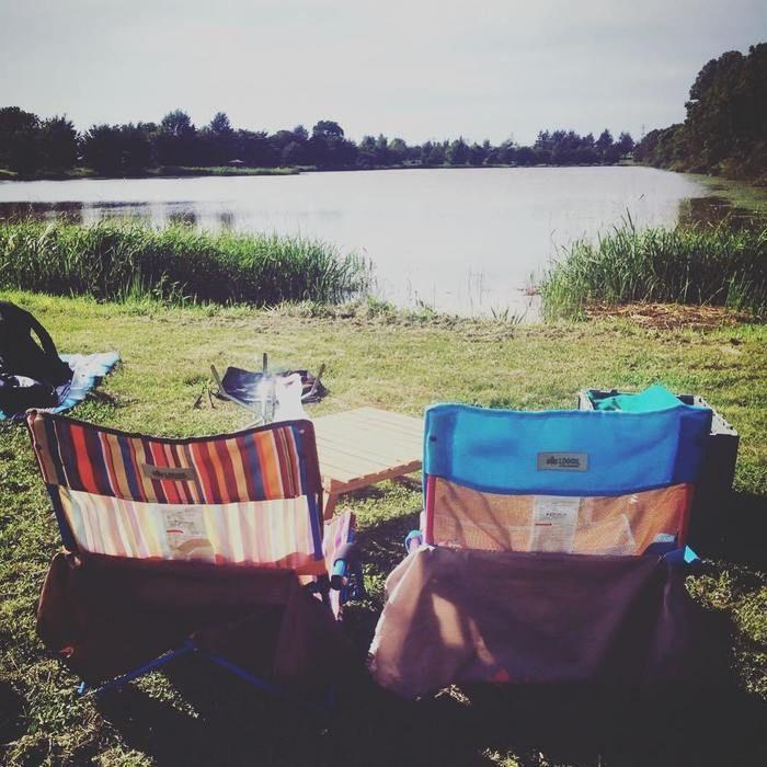 湖の近くに置いてあるロゴスのチェアの写真
