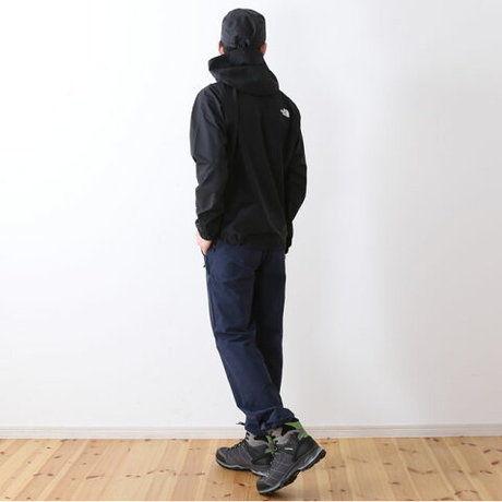 柄のないシンプルなデザインの服を着ている男性の写真
